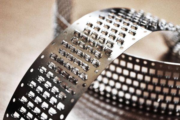 Khám phá băng nhám dính từ thép, vật liệu hoàn hảo cho công nghiệp nặng